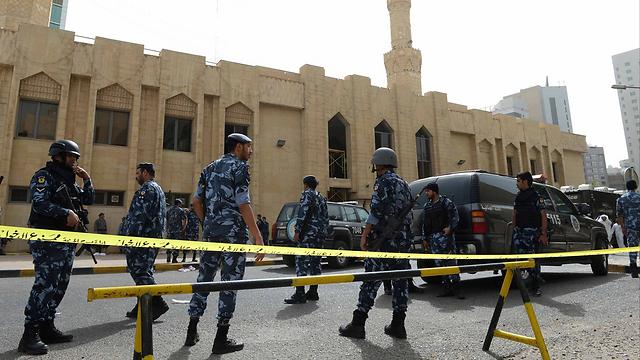 מחבל דאעש נכנס למסגד ופוצץ עצמו (צילום: MCT) (צילום: MCT)