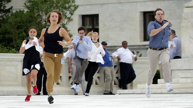 הריצה מחוץ לבית המשפט בוושינגטון לאחר ההחלטה (צילום: AFP) (צילום: AFP)