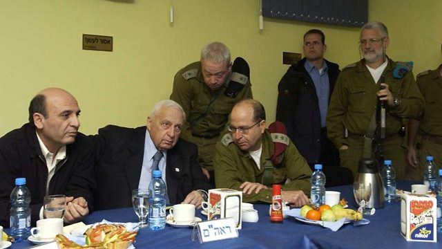 Prime minister Sharon, center, with then defense minister Mofaz, left, and IDF chief Ya'alon, right (Photo: GPO)