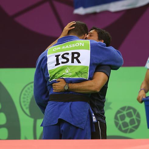 ששון זוכה לחיבוק מהמאמן אורן סמדג'ה (צילום: אורן אהרוני) (צילום: אורן אהרוני)