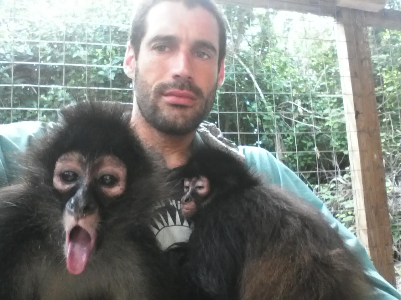 ערן גיסיס עם צ׳יפה ואיזי, קופות עכביש צעירות שעדיין זקוקות למגע הורי (צילום: ערן גיסיס) (צילום: ערן גיסיס)