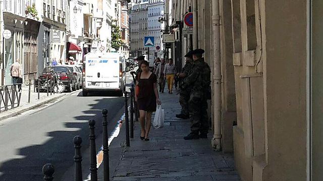 חיילים ליד בית כנסת יהודי בפריז בשבת (צילום: רועי ינובסקי) (צילום: רועי ינובסקי)