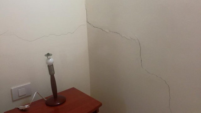 סדק בקיר בבית באילת  (צילום: אילן אוזן)