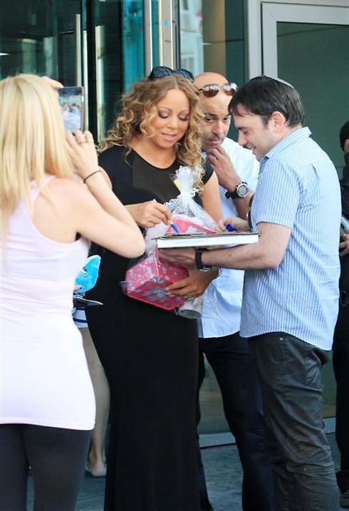 Handing out autographs (Photo: Moti Levton)