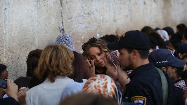 An emotional visit (Photo: Gil Yohanan)