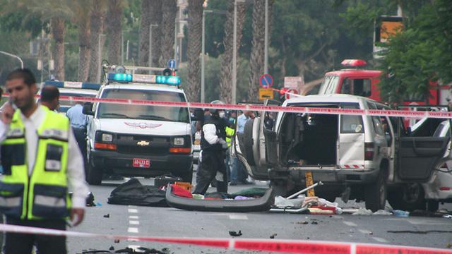 זירת הפיצוץ - ברחוב יגאל אלון בתל אביב (צילום: עופר עמרם) (צילום: עופר עמרם)