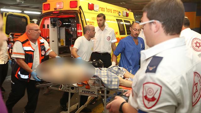 הפצועים מובאים לבית החולים (צילום: גיל יוחנן) (צילום: גיל יוחנן)