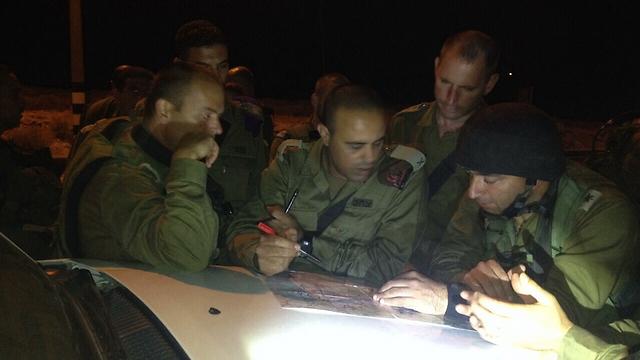 """מפקד אוגדת איו""""ש תמיר ידעי (באמצע) בשטח עם הכוחות (צילום: דובר צה''ל) (צילום: דובר צה''ל)"""