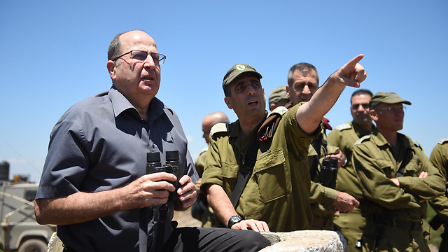Ya'alon in a tour of the Golan Heights (Photo: Defense Ministry)
