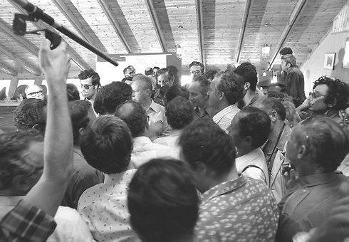 ראש הממשלה דאז רבין עם החטופים (צילום: אבי שמחוני ומיקי צרפתי, במחנה) (צילום: אבי שמחוני ומיקי צרפתי, במחנה)