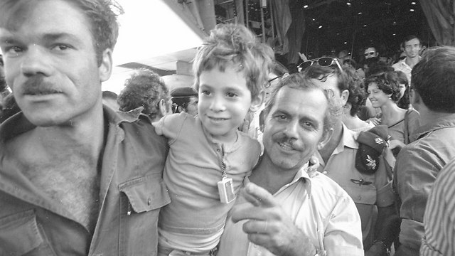 Hostages welcomed home (Photo: Avi Simchoni, Micky Tzarfati)