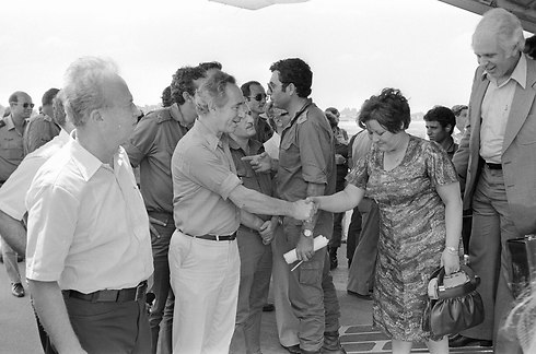 Prime Minister Rabin and Defense Minister Peres welcoming the hostages back (Photo: Uri Herzl Tzahik, IDF Spokesman's Office)