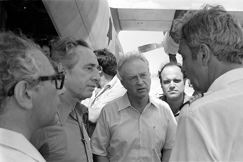 Defense Minister Peres (second on left), Prime minister Rabin (center) speaking to Air France pilot Michel Bacos (Photo: Uri Herzl Tzahik, IDF Spokesman's Office)