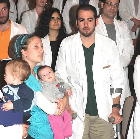 עבר 10 ניתוחים. לובוצקי עם בני משפחתו ()