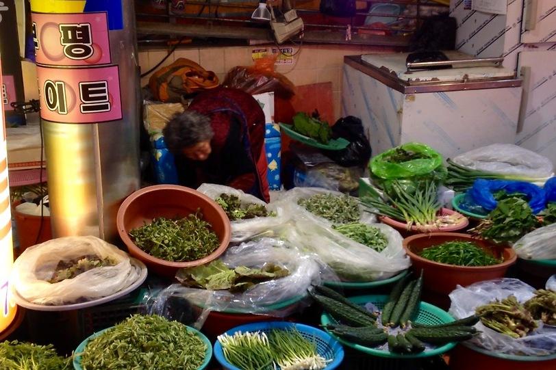 מוכרת מקומית באי צ'זו (צילום: שי זדה)