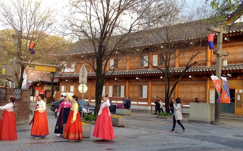 נשים בלבוש מסורתי ברחובות ז'יאונז'ו (צילום: שי זדה)