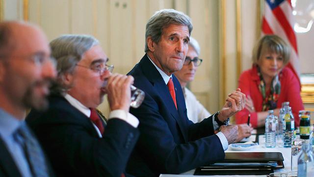 מזכיר המדינה האמריקני קרי סביב שולחן המשא ומתן (צילום: AP) (צילום: AP)