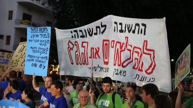 מפגינים בתל אביב, בהם פעילי מרצ והעבודה (צילום: מוטי קמחי) (צילום: מוטי קמחי)