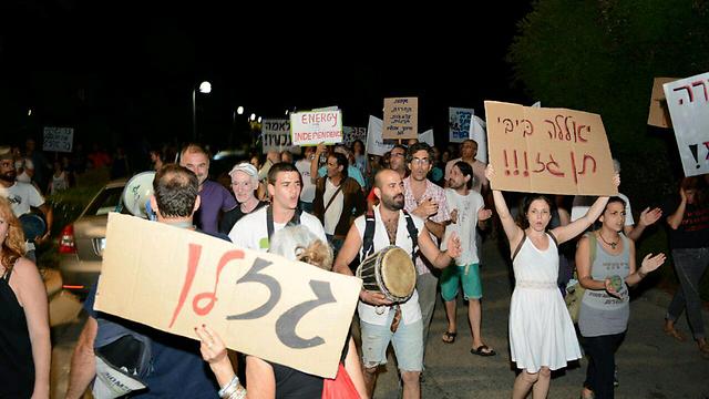 מפגינים צועדים לכיוון ביתו של נתניהו בקיסריה (צילום: ג'ורג' גינסברג) (צילום: ג'ורג' גינסברג)