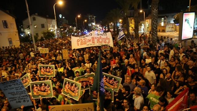מעל 1,000 מפגינים בתל אביב אמש (צילום: מוטי קמחי) (צילום: מוטי קמחי)