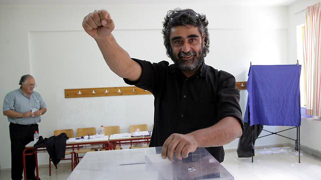 A voter in Crete (Photo: Reuters)