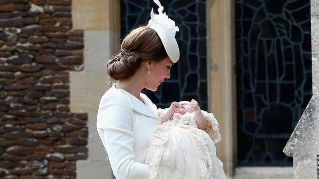 הדוכסית קייט מובילה את בתה שרלוט לתוך הכנסייה (צילום: AFP) (צילום: AFP)