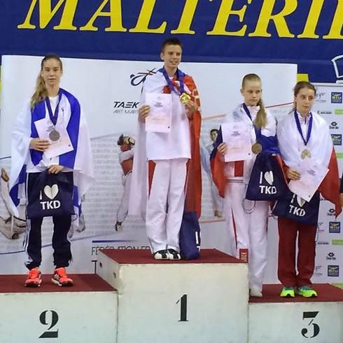 אזרן עם המדליה, משמאל (צילום: פרטי)