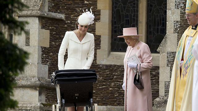 הסבתא רבתא מאושרת. המלכה אליזבת השנייה לצד קייט מידלטון והנסיכה שרלוט (צילום: AFP) (צילום: AFP)