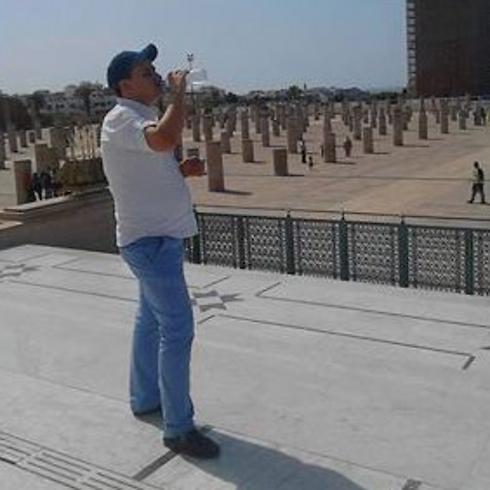 אזרח מרוקו שותה מים בפומבי במהלך הרמדאן                          ()