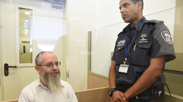 השליכו את ספריו, לא מכנים אותו בשמו. הרב עזרא שיינברג בהארכת מעצר (צילום: אביהו שפירא)