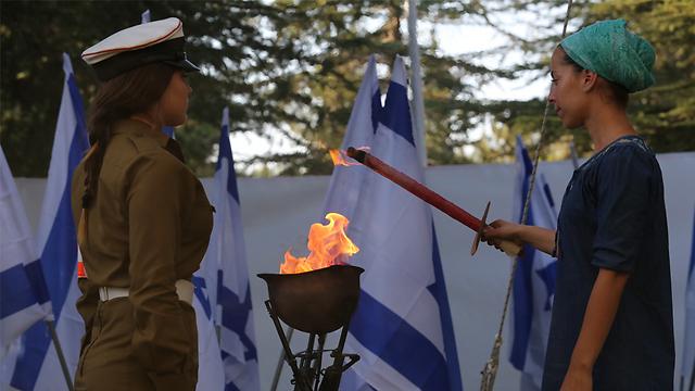 Adi Kaplan, the widow of Tzvi Kaplan, lighting a memorial torch (Photo: Gil Yohanan)