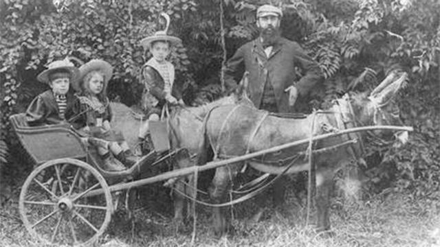 """הרצל ושלושת ילדיו, 1900 (צילום: לע""""מ) (צילום: לע"""