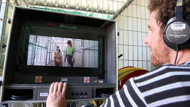 אורי בר-און צופה ביהלי פרידמן במוניטור (צילום: יעל לב-רם) (צילום: יעל לב-רם)