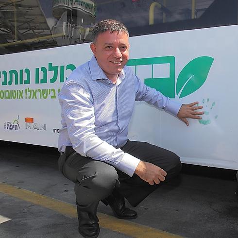 השר להגנת הסביבה אבי גבאי ליד אוטובוס המונע בגז בחיפה. ארכיון (צילום: לאון טקאץ) (צילום: לאון טקאץ)