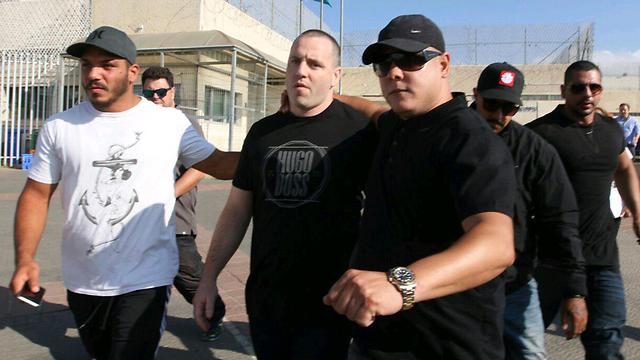 יולי 2015: אלוני (במרכז) משתחרר מהכלא  (צילום: עידו ארז) (צילום: עידו ארז)