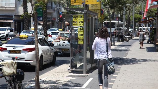 הולך רגל שילך בשביל האופניים ייקנס (צילום: מוטי קמחי)