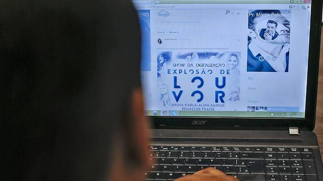 """""""פייסגלוריה"""". יש משטרת צניעות, אבל גם בלעדיה מתנהגים יפה (צילום: AFP) (צילום: AFP)"""