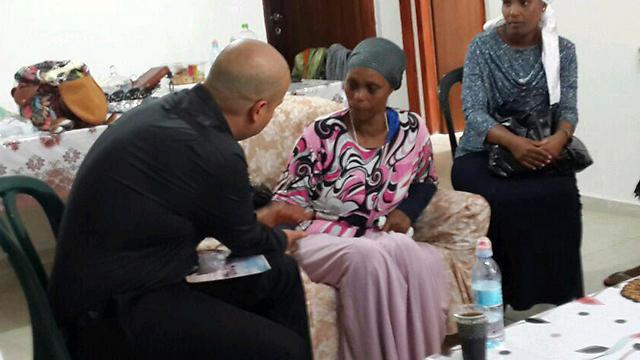 אמו של אברהם מנגיסטו עם ראש העיר אשקלון ()