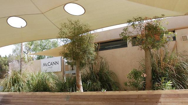 """משרד מקאן במצפה רמון. יוזמה ברוכה, אך לטענת החוקרת העובדים מגיעים בעיקר מבחוץ (צילום: יח""""צ)"""