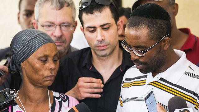 Relatives of Avraham Mangisto (Photo: AP)