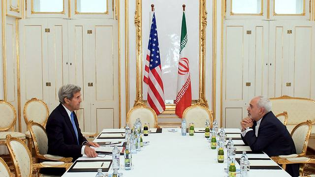 Muhammad Zarif and John Kerry at nuclear talks in Vienna (Photo: AFP)