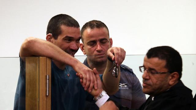 משני צדי המתרס: התובע נסים מרום לוחץ יד ליצחק אברג'יל (צילום: מוטי קמחי) (צילום: מוטי קמחי)