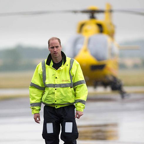 הנסיך וויליאם על רקע מסוק אמבולנס שהטיס (צילום: EPA) (צילום: EPA)