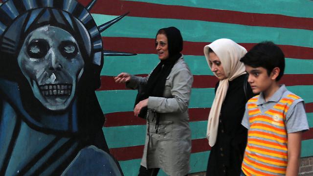 Graffiti on the former US embassy ni Teheran (Photo: AFP)