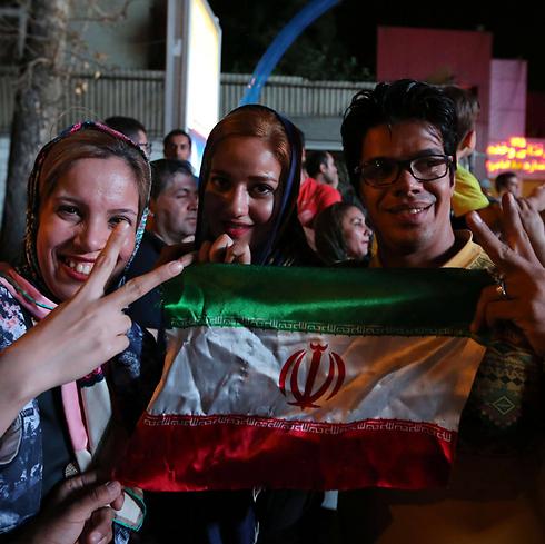 איראנים חוגגים ניצחון, השבוע בטהרן (צילום: AFP) (צילום: AFP)