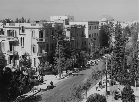 רחוב אלנבי בתל אביב בשנות ה-30. תוכנן עם מבני מגורים עם קומת קרקע מסחרית ומדרכות רחבות ונוחות יחסית להליכה  (צילום: gettyimages) (צילום: gettyimages)