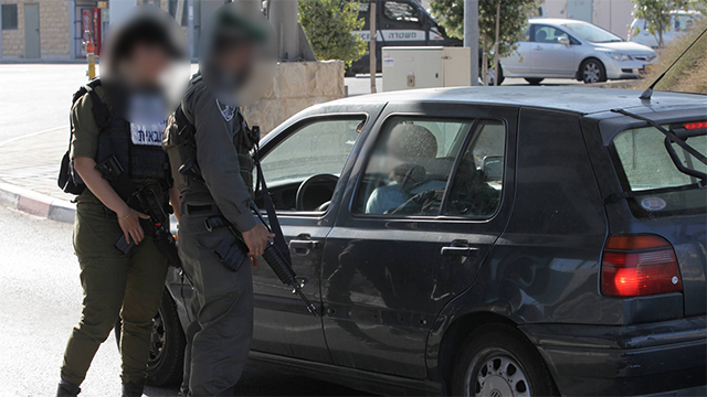 IDF soldiers at a checkpoint in Jerusalem (Photo: Gil Yohanan)