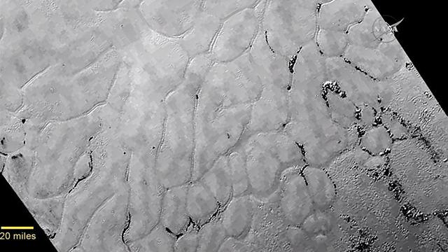 האזור המכונה ספוטניק, ובו הכל קפוא (צילום: NASA)