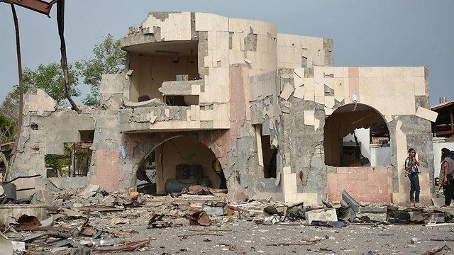 רבים בתימן רואים במבצע מלחמה אמריקנית-סעודית נגדם. הרס בעיר עדן (צילום: AP) (צילום: AP)