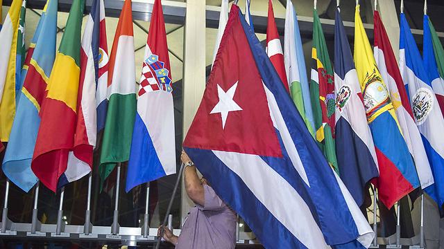 """דגל קובה מוצב במחלקת המדינה האמריקנית לצד דגלי מדינות אחרות שעמן יש לארה""""ב קשרים דיפלומטיים (צילום: AFP) (צילום: AFP)"""